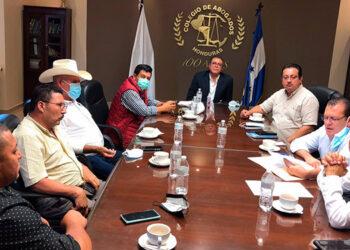 Los siete alcaldes se reunieron a las 10:00 de la mañana con el presidente del CAH, Fredis Cerrato.