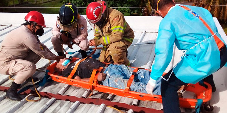 José Rafael Perdomo, de 62 años, residente en la colonia Sutrafsco, rescatado por los bomberos.