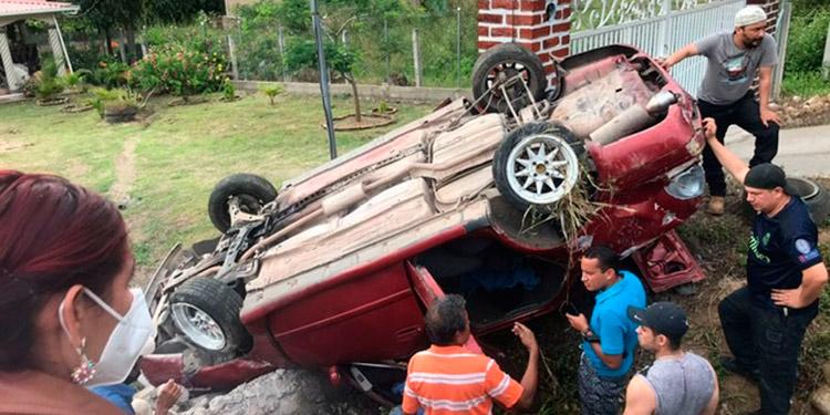 El impacto fue tal que el automóvil donde se conducían ambos agentes quedó con los neumáticos hacia arriba.