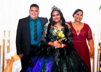 La quinceañera acompañada de sus padres, Denis Cruz y  Emérita Menocal.