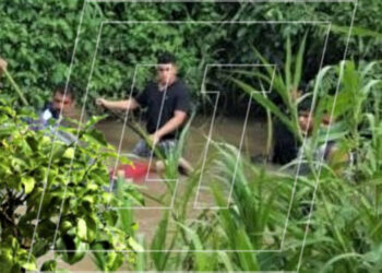 Bomberos y pobladores encontraron el cadáver en una poza atrapado entre rocas y maleza.