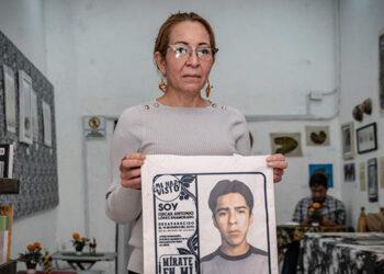 """La activista hondureña Ana Enamorado sostiene una bolsa con la cara de su hijo Óscar, desaparecido en 2010, en la cafetería """"La Resistencia"""" de Ciudad de México."""