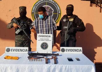 Agentes antipandillas indicaron que el sujeto amenazaba a muerte con la potente arma a las personas que se oponían a pagar extorsiones.