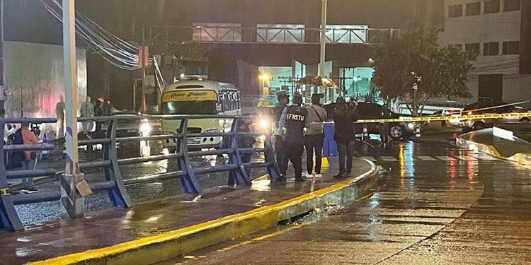 El intenso tiroteo sucedió ayer en la noche en una intersección que une el anillo periférico con el bulevar Suyapa, al oriente de la capital.
