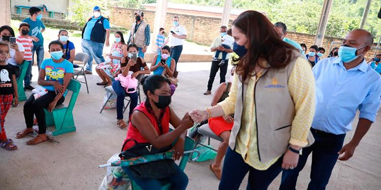 Las familias beneficiadas agradecieron a la pareja presidencial el apoyo estatal para alimentación, educación y salud.