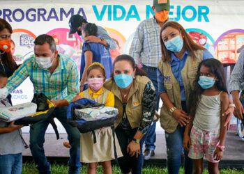 La Primera Dama, Ana García de Hernández, mientras les entregaba útiles escolares a los niños de Catacamas.