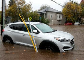 Muchos vehículos han quedado atrapados por mucha agua.