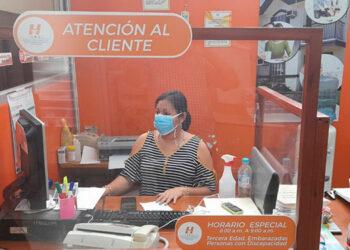 Ileana Vásquez, encargada de atención al cliente, lamentó que muy pocos abonados buscan utilizar la telefonía fija de la empresa.
