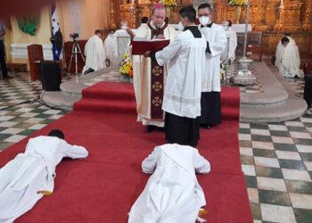 Los nuevos sacerdotes, Marlon Menjívar, de Siguatepeque y Carlos Alberto Vásquez, de Taulabé, al instante de su consagración.