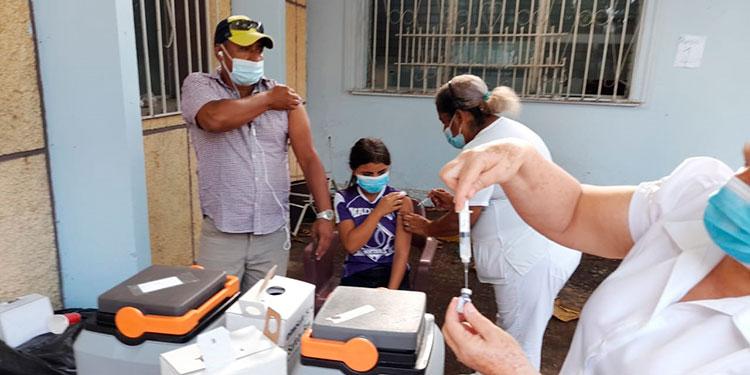 Personal especializado al instante de aplicar la vacuna contra el COVID-19, en Comayagua.