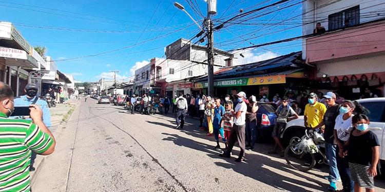 El crimen en plena zona céntrica de Danlí, El Paraíso, provocó la aglomeración de decenas de curiosos.