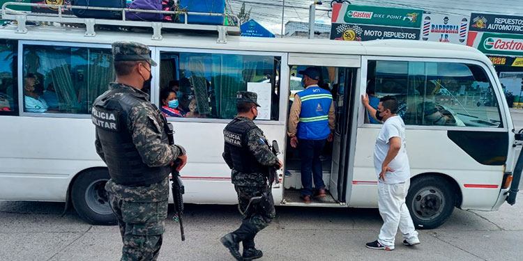Junto a inspectores del Instituto Hondureño del Transporte Terrestre, policías militares y antipandillas han decomisado varias unidades de transporte.