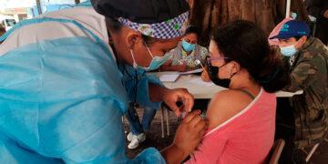 La vacunación en el punto instalado en el parque Central de Tegucigalpa ha sido todo un éxito, debido a la alta afluencia de personas.