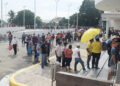 Las filas de personas que aún no tienen su nuevo DNI son extensas, lo que obliga a esperar varias horas para ser atendido.