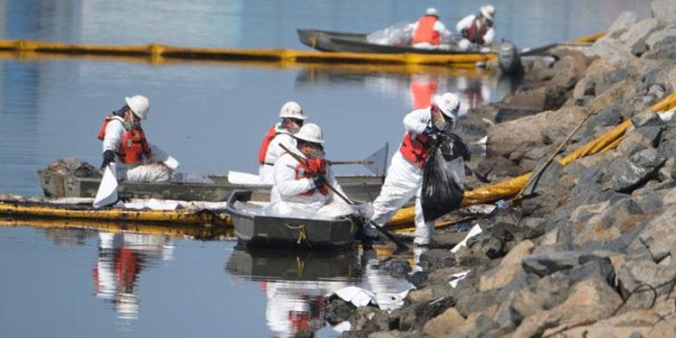 Derrame de petróleo en la costa de California.