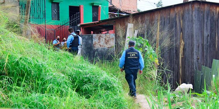El cadáver de la mujer fue encontrado en el interior de un costal, por vecinos de la colonia Flor Número 1.