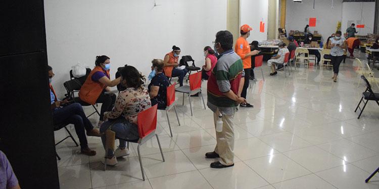 Las nuevas tarjetas de identidad son entregadas en Mall Multiplaza, de San Pedro Sula, Cortés.