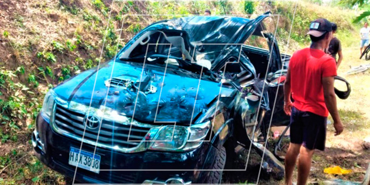 El carro quedó destruido. Entre los heridos se encuentran un niño y dos niñas según el Cuerpo de Bomberos.