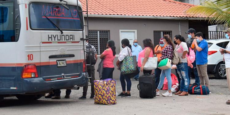 Las terminales lucían con un flujo moderado de viajeros.