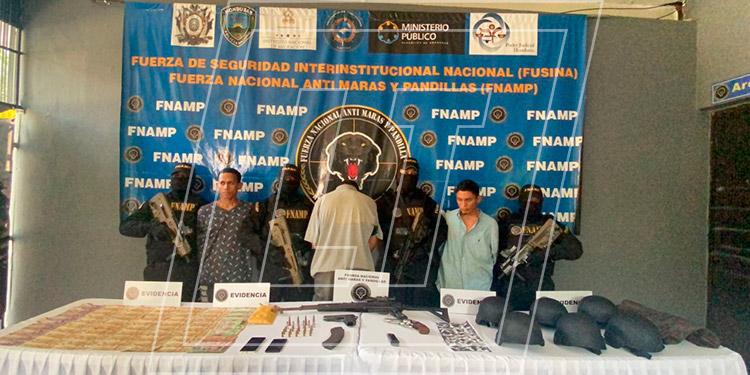 """Elvis Alexander Castro Medina, Luis Ariel Ramos Cano y alias """"Wissin"""" fueron detenidos por la FNAMP por el delito de extorsión."""