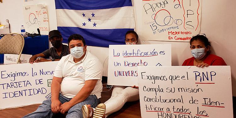 Hondureños durante un plantón frente al consulado en Washington.