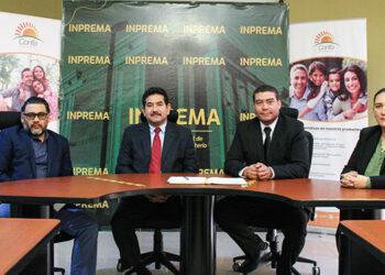 Los comisionados del Inprema, Mauricio Aguilar, Elis Omar Figueroa, el gerente de país de Confía, Mario Alberto Belloso y la comisionada del Inprema, María Teresa López.