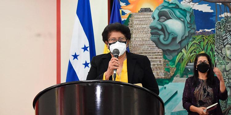 Marina Lemus de Morazán durante la ceremonia de presentación del libro.