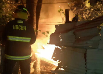El fuego arrasó el motel y se informó que hace unas dos semanas individuos incendiaron un predio con maquinaria pesada propiedad del mismo empresario.