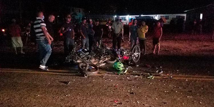 Uno de los motociclistas que chocaron murió atropellado por un vehículo, cuyo conductor se dio a la fuga.