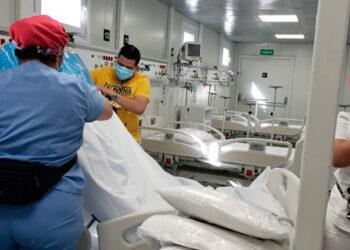 Como solo dos hospitales móviles sirvieron para atender COVID-19, profesionales de la microbiología recomiendan atender en los mismos otras patologías.
