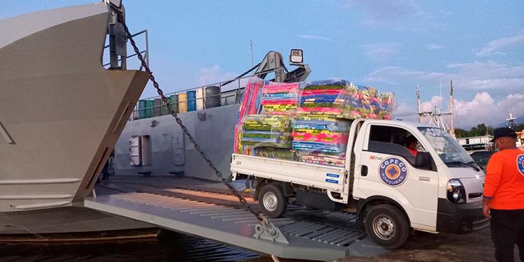 """Más de 80 toneladas de ayuda humanitaria fueron trasladadas a la """"zona cero"""" de Guanaja, Islas de la Bahía."""