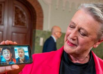 """OSLO, Noruega (AFP). La ceremonia de entrega del premio Nobel de la Paz, que se celebró en línea en 2020 debido a la pandemia, este año se llevará a cabo de forma presencial en Oslo en diciembre, anunció el martes el Comité del Nobel.   """"Los dos laureados con el premio Nobel de la Paz, Maria Ressa y Dimitri Mouratov, y el representante del laureado del año pasado, el Programa Mundial de Alimentos, estarán presentes"""", señaló a la AFP por correo electrónico el secretario del Comité noruego del Nobel, Olav Njolstad.  El 8 de octubre, el prestigioso galardón recayó en dos periodistas de investigación, la filipina Maria Ressa y el ruso Dimitri Mouratov, reconociendo así por primera vez el papel de la prensa independiente.  La ceremonia de gala se celebra tradicionalmente el 10 de diciembre, aniversario de la muerte en 1896 del fundador de los premios, Alfred Nobel.  El mismo día, una segunda ceremonia tiene lugar en Estocolmo, para entregar los galardones de Medicina, Física, Química, Literatura y Economía.  Estos premios sí que serán entregados a los laureados en su país de origen, debido a la pandemia, según la Fundación Nobel."""