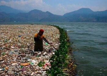 En informes se estima que unos 21 municipios son los que mayormente tributan toneladas de basura sobre el río Motagua.