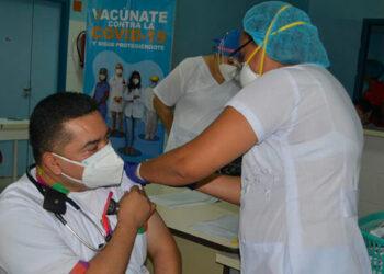 Una parte del personal médico que trabaja en las UCI recibió ayer la dosis de refuerzo a la vacuna contra el COVID-19.