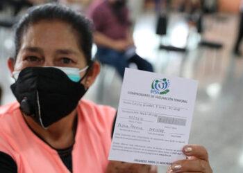 Ante la negatividad de algunos hondureños a vacunarse contra el COVID-19, se podría exigir el carné en lugares públicos.