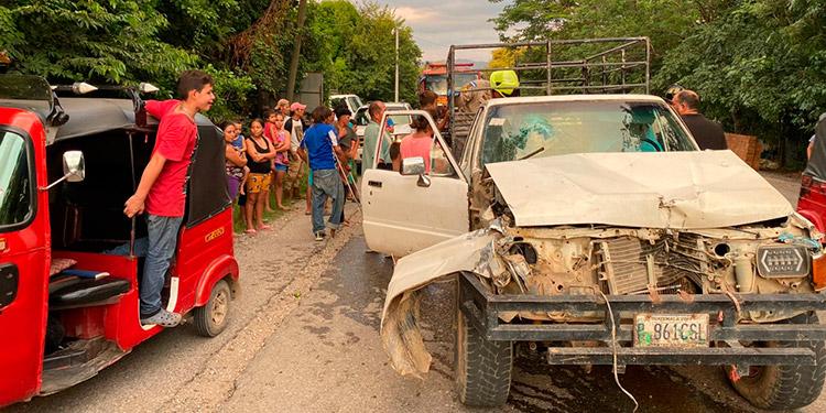 El automotor en el que viajaba la familia quedó destruido de la parte de enfrente, dos de los tripulantes resultaron heridos.