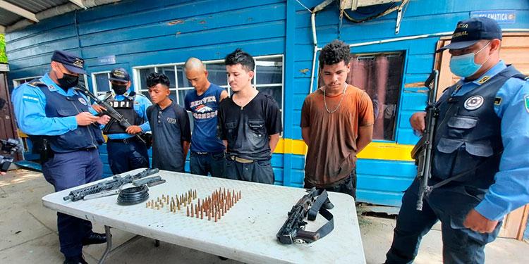 A los detenidos les decomisaron fusiles de asalto AK-47 y AR-15 y municiones.
