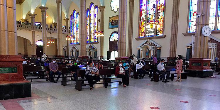 Personal docente y administrativo de la Escuela para Ciegos Pilar Salinas, celebró el 73 aniversario con una misa de acción de gracias en la Basílica de Suyapa.