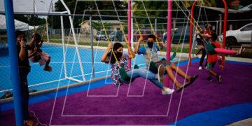 """Los niños de Santa Rita estrenaron contentos las modernas instalaciones del Parque para Una Vida Mejor """"Humuya""""."""