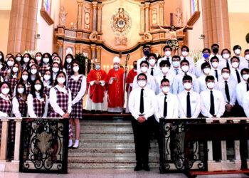 Los estudiantes acompañados del Cardenal Óscar Andrés Rodríguez,  los sacerdotes Carlos Magno Núñez y Juan Ángel López.