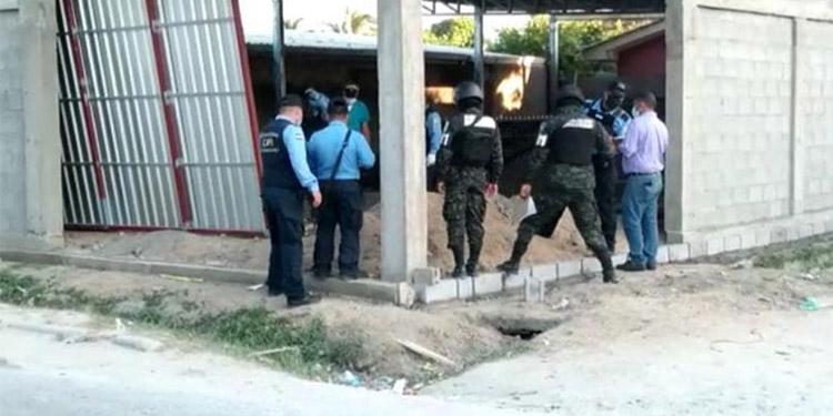 Agentes policiales acordonaron la escena del crimen en el contexto de las investigaciones pertinentes.