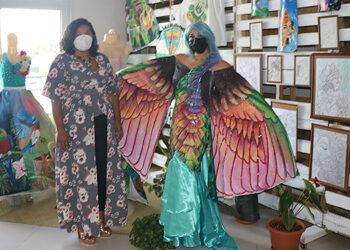 La artista honduro-italiana, Nelys Patrignani Di Giovanni, junto a su hija, expusieron sus obras en el interior de la Casa de la Cultura.