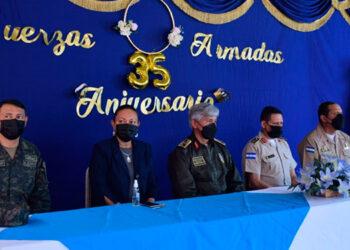 """A los actos de conmemoración del """"Día de las Fuerzas Armadas"""", en centros educativos capitalinos, como en la colonia """"21 de Octubre"""", asistieron sus autoridades jerárquicas."""