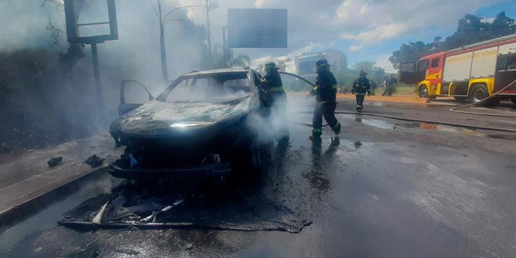 Cuando llegaron elementos del Cuerpo de Bomberos, el automóvil ya se había quemado por completo.