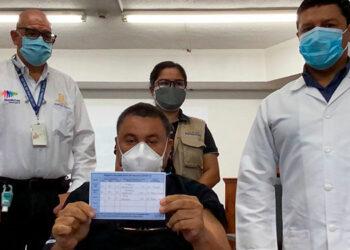 El subsecretario de Salud, Roberto Consenza, junto al doctor Carlos Umaña, quien recibió ayer su dosis de refuerzo contra el COVID-19.