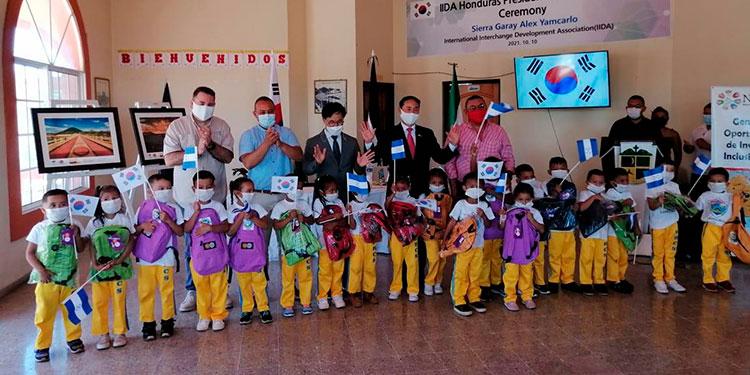 El señor Mun Yong entregó kits escolares en Amapala, Isla del Tigre.