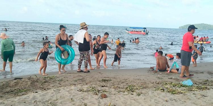 Los turistas disfrutaron de las playas y de la sabrosa gastronomía de Tela, durante la Semana Morazánica.