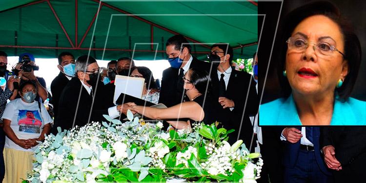Entre lágrimas los familiares despidieron a la reconocida lideresa del Partido Nacional, doña Alba Nora Gúnera de Melgar (foto inserta).