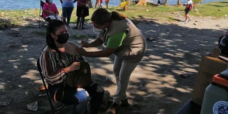 La vacunación también se mantiene en la zona de Guanaja, afectada por un pavoroso incendio.