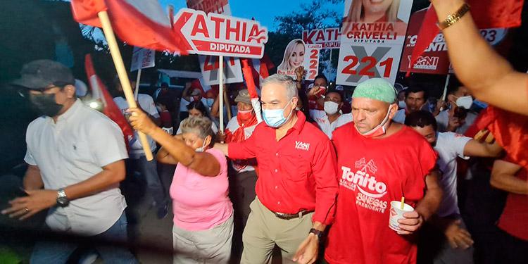 El presidenciable liberal, Yani Rosenthal, recorrió sectores de Chamelecón.